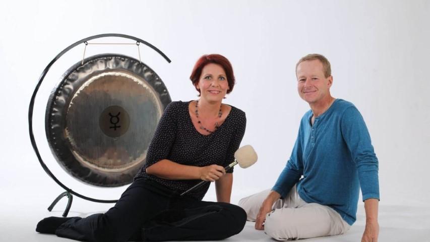 Tanja Draxler und Ulrich Draxler-Zenz mit Gong