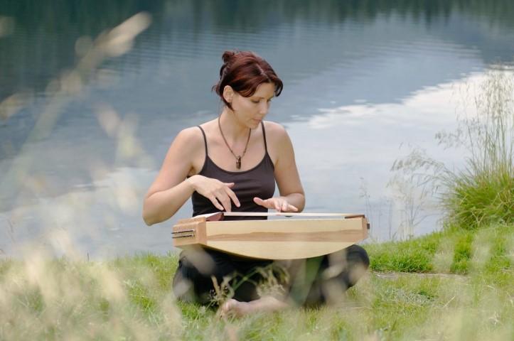 Tanja Draxler mit Monochord auf Wiese